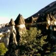 Ho visitato la Cappadocia una decina di anni fa, a quel tempo facevo diapositive, ora con la tecnologia digitale, le ho convertite in immagini digitali con le quali ho fatto il filmino che potete guardare in questo post. La Cappadocia è meravigliosa, unica, un paesaggio che sembra lunare, gente orgogliosa, ma gentile, abitazioni rupestri visitabili. Nell'anno 1985 è stata inclusa dall'UNESCO nella lista dei siti Patrimonio dell'Umanità, con una superficie protetta di 9576 ha. Istanbul è la capitale della Turchia, è un crocevia di culture e luoghi, stretta sul Bosforo che divide due continenti, Europa e Asia. Dalla Basilica di Santa Sofia, al Palazzo Topkapi, alla gita sul Bosforo, ecco le cose da fare ad Istanbul.