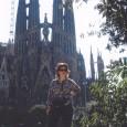 La Sagrada Familia è diventata il simbolo della città di Barcellona e mai la fantasia di un singolo ha colto così bene l'essenza di una città. L'architetto spagnolo Antoni Gaudì (1852-1926) è Barcellona: le sue strutture sono fluide ma solide, austere eppure gioiose, colorate e assolutamente uniche
