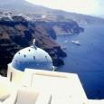 L'incanto delle isole greche è fuori discussione, nel mio video vi presento Santorini, Mykonos, Ios, Naxos e Sifnos, nell'arcipelago delle Isole Cicladi. Ho visitato alcune delle Isole Cicladi, rocciose, spoglie, tutte deliziose, ma la più affascinante e la più amata è sicuramente Santorini, con la sua bellezza vulcanica, con le sue spiagge di sabbia nera e il groviglio di case bianchissime inerpicate sulle ripide pendici a picco sul blu intenso del mare.