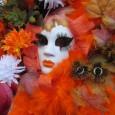 Venezia è la capitale mondiale del Carnevale, insieme a Rio de Janeiro; a Venezia però non ci sono carri mascherati, ma costumi sfarzosi, maschere signorili, broccati e sete fruscianti: almeno per quei giorni si può diventare nobili e ricchi signori dell'antica Venezia, essere fotografati e partecipare al concorso della maschera più bella. Leggi un po' di storia del carnevale veneziano e ritorna ad oggi guardano il mio film.