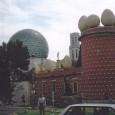 Il Museo Dalì fu voluto dal surrealista pittore spagnolo Salvador Dalì, proprio a Figueres, sua città natale, dove nacque nel 1904.  E' un sorprendente edificio rosa scuro sormontato da gigantesche uova e statuette degli Oscar stilizzate, davvero originale, all'esterno come all'interno. All'interno i dipinti dell'artista catalano sono in buona compagnia con le sue sculture bizzarre e strani marchingegni. Continua a leggere.