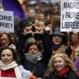 In Spagna sono in lotta molte donne e uomini spagnoli per difendere il diritto di scelta di diventare genitori e contro la limitazione dei diritti in genere. Il disegno di legge approvato dal consiglio dei ministri in tema di aborto non permetterebbe l'interruzione di gravidanza neanche in caso di malformazione del feto, salvo specifici e delimitati casi, un passo indietro sui diritti civili. Leggi come e perché.