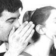 Qui vi voglio parlare delle funzioni individuali e sociali dei pettegolezzi che sono il parlare degli assenti. Le donne sono davvero più pettegole degli uomini?  Leggi perché gli individui fanno pettegolezzi.