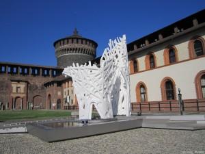 Milano, Castello Sforzesco, cortile interno con scultura moderna