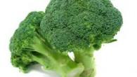 """Ciò che fa dei broccoli un alimento naturale spettacolare, grande amico della nostra salute, è la presenza di particolari sostanze, i glucosinolati; esse, durante i processi digestivi, danno luogo a sostanze attive antitumorali, spegnendo i """"focolai d'incendio"""".  Leggi come mangiarli senza perdere le sue preziose proprietà."""